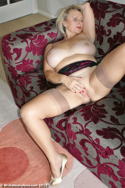 masterbation women naked en bed