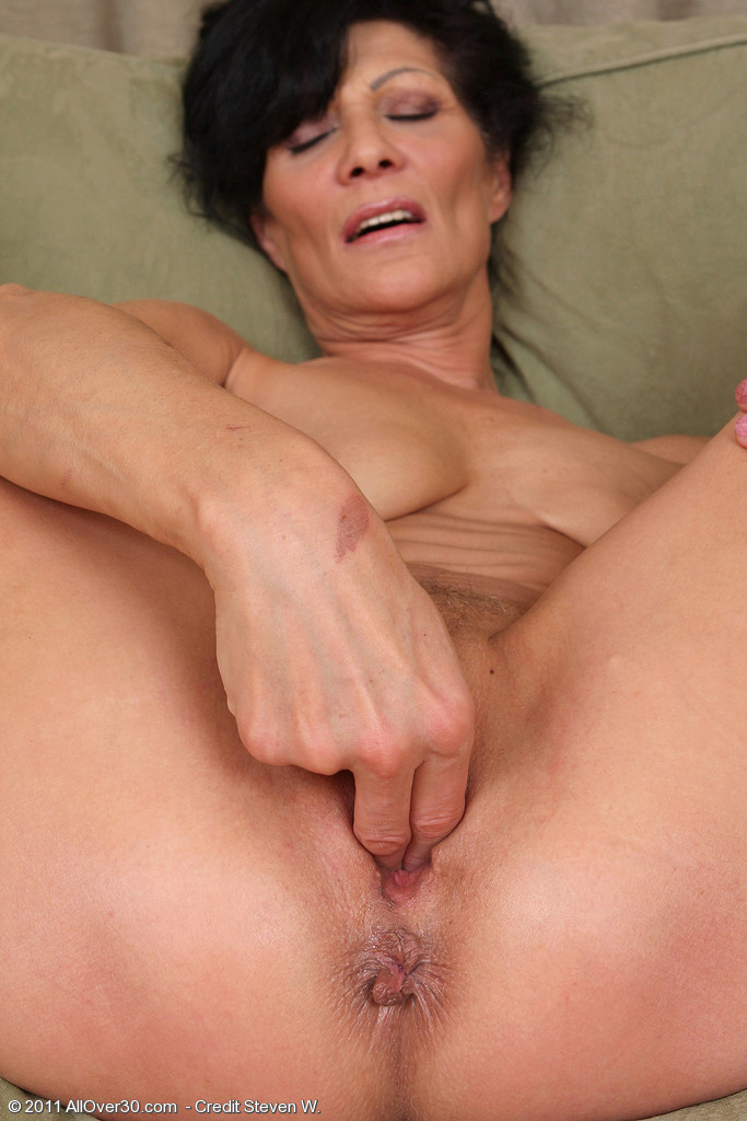 Hot mature fingerfuck her own pussy