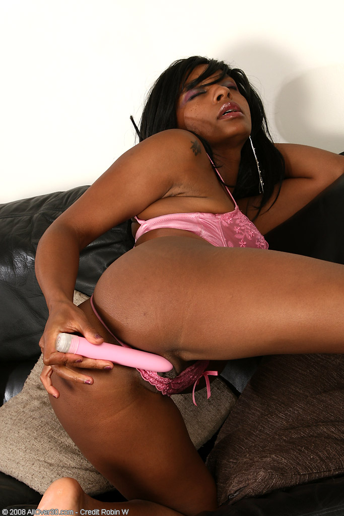 Eotic Ebony Milf Pushing Hard Pink Vibrator Into Her Mouthwatering