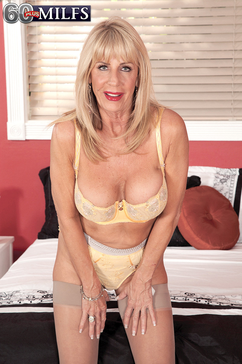 Md milf showing some big tits and pussy - 1 9